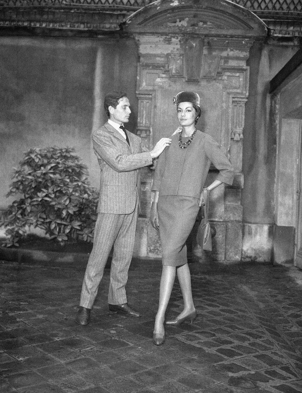 En la primera mitad del siglo pasado, luego de la Segunda Guerra Mundial, se mudó a París buscando convertirse en actor o bailarín, pero terminó trabajando para importantes diseñadores como Elsa Schiaparelli, Jeanne Paquin y Christian Dior. (AP)