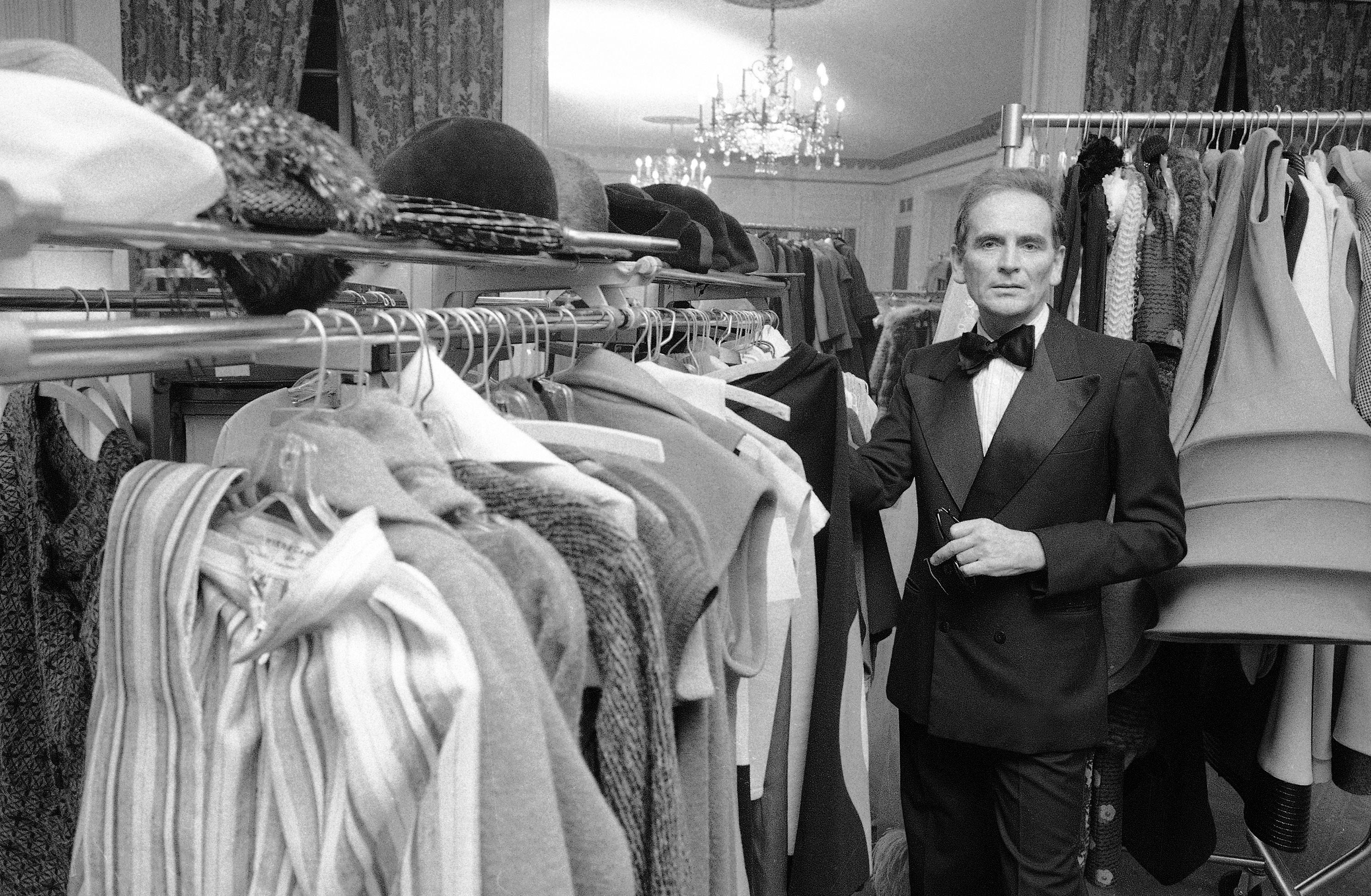 En un momento en que otras marcas de París estaban obsesionadas con halagar la forma femenina, los diseños de Cardin proyectaban a sus portadores como una especie de percha glorificada, para mostrar las formas nítidas y los patrones gráficos de la ropa. (AP)