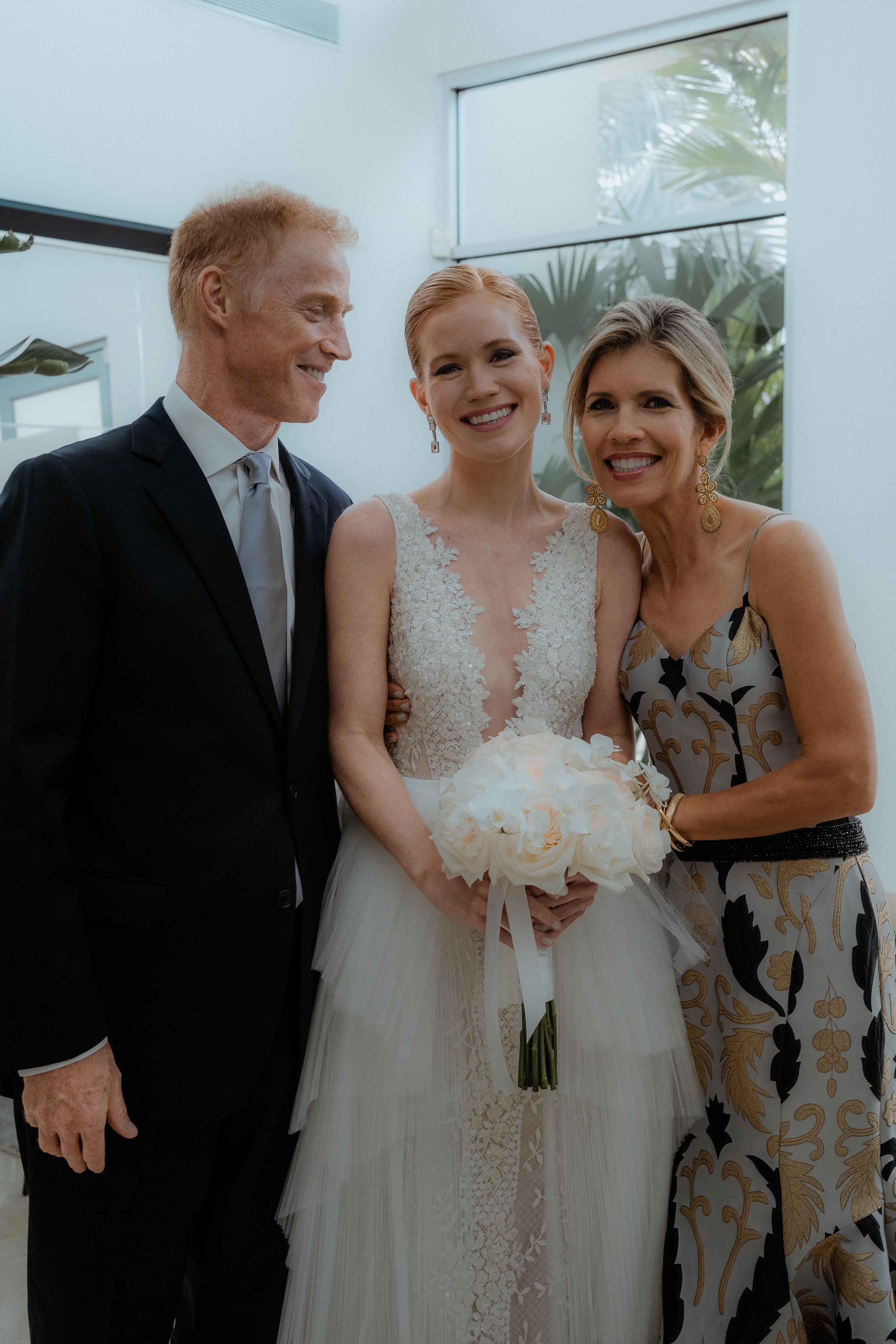 La novia junto a sus padres (Foto: Love Bears)
