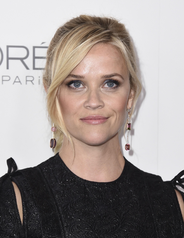 El rostro tipo corazón es el de frente ancha y barbilla muy fina, como el de la actriz Reese Witherspoon. La mejor selección para sacarle buen partido a tu fisonomía es un par de pantallas redondas y largas que lleven volumen a la parte baja del rostro.(Archivo)