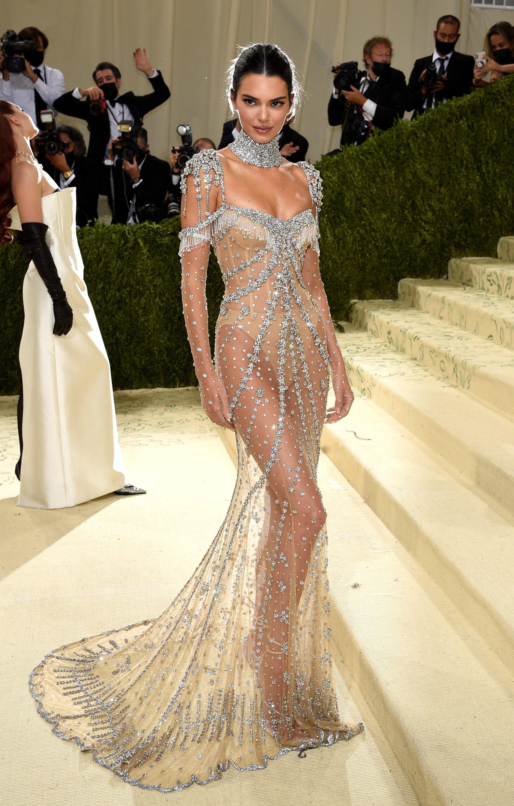 Kendall Jenner usó un vestido transparente, con detalles en color blanco.