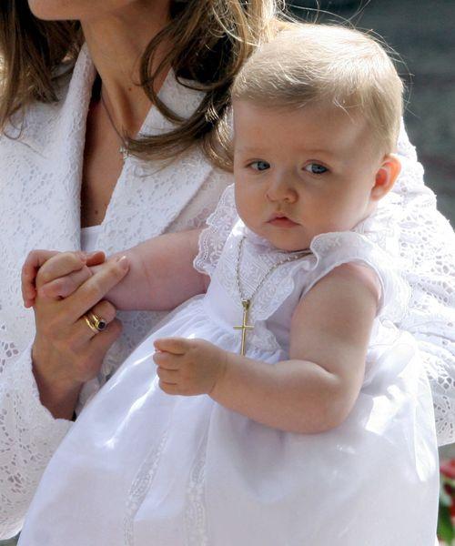 La entonces infanta Leonor, en brazos de su madre Letizia, a su llegada a la Basílica de Nuestra Señora de Atocha, donde fue presentada a la Virgen para cumplir de esta forma con la tradición de la familia real española que se remonta al siglo XVII. (EFE)