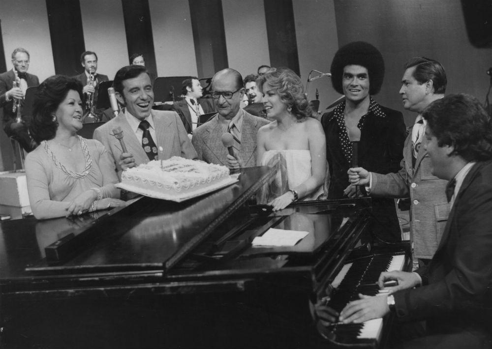 """En septiembre de 1976 durante la grabación del programa """"Música en dos tiempos"""", Ednita Nazario (cuarta de izquierda a derecha) acompañada de Emma Roger, Gilbert Mamery, Rafael Quiñones Vidal, Wilkins, Pito Sepúlveda y Oscar Galende. (Foto: Archivo/ GFR Media)"""
