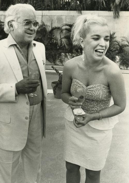 """Desde principios de su carrera, la intérprete de """"Ahora soy libre"""" llevó su cabello rubio. Aquí junto al productor Paquito Cordero en la década de 1980. (Foto: Archivo/ GFR Media)"""