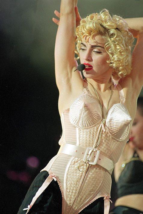 """1990 - La gira """"Blond Ambition"""" contó con un guardarropa de impacto por sus atrevidos estilos sobre el escenario. (Archivo)"""