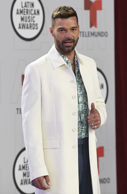 Ricky Martin lució un traje blanco que combinó con una camisa con detalles en verde esmeralda. (AP)