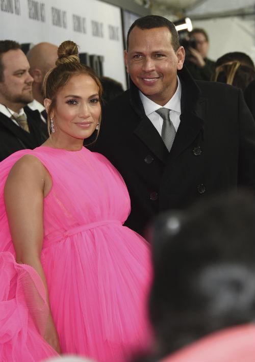 La actriz llegó a la alfombra roja acompañada de su pareja, el exYankee Alex Rodríguez. (AP)