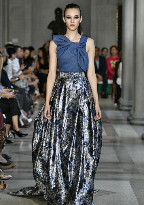 Cuando la archielegante diseñadora Carolina Herrera presenta en su colección un vestido de gala -un ball gown- en tela de mahón, es claro que se trata de un material cuya versatilidad es su principal atributo.  (Suministrada)