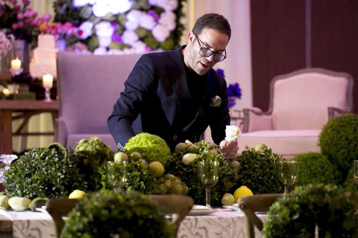 Emilio Olabarrieta decorando unas mesas, en la Festa di Primavera llevada a cabo en El San Juan Hotel.