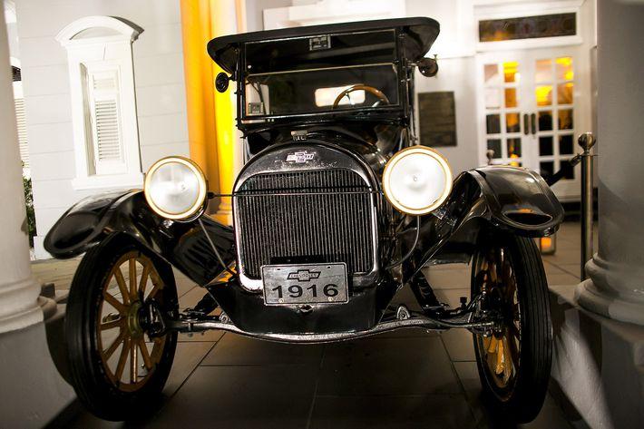 """Auto antiguo, como parte de la ambientación de """"The Great Gatsby"""" en la celebración del centenario del Antiguo Casino de Puerto Rico."""