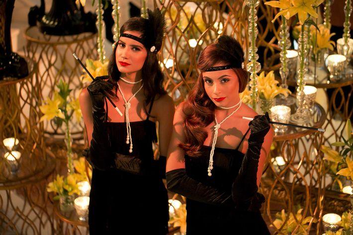 Modelos vestidas a la usanza de los años 20 en la celebración del centenario del Antiguo Casino de Puerto Rico.