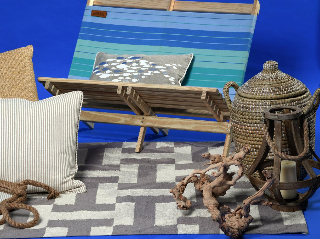 Cesto en paja, tronco y alfombra beige y blanca, de Cantópa; silla playera de lona para dos diseño de Solea, de Aaron Stewart Home. (André Kang)