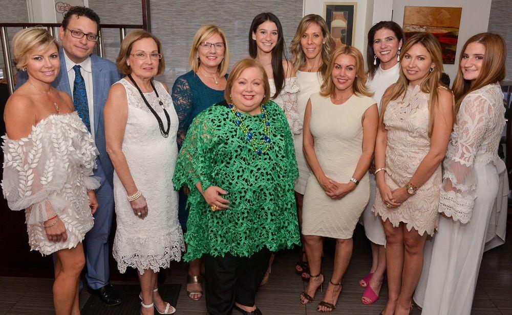 Grupo de mujeres reconocidas por la Joyería Demel junto a Gregory Demel. (Foto: Enid M. Salgado Mercado)