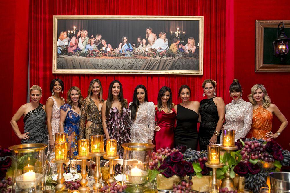 """Mesa de la diseñadora Stella Nolasco, quien incorporó un cuadro de su versión de """"La última cena"""". (Foto: Xavier García)"""