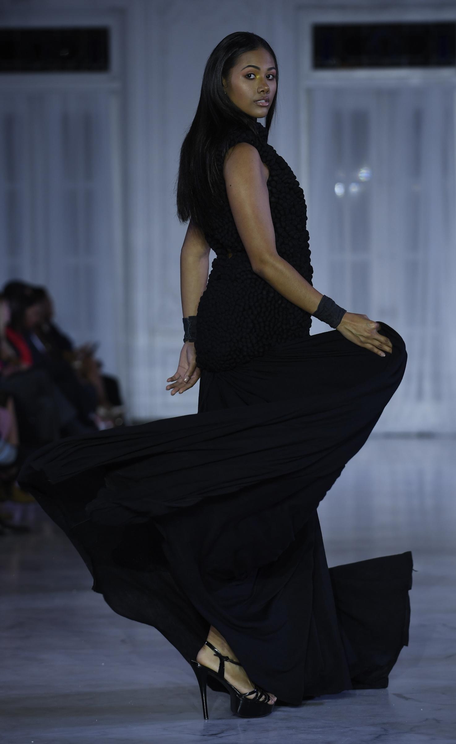 Traje largo con falda de suave caída. Foto Ángel Luis García
