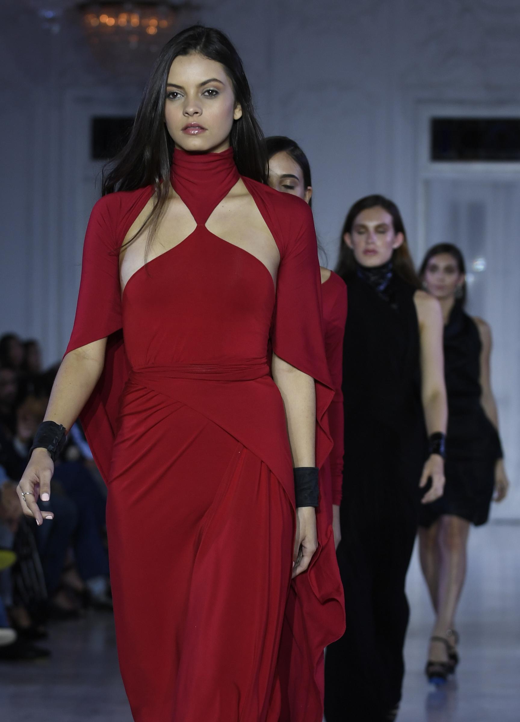 Jeanette Limas se llevó una ovación por sus vestidos rojos. Foto Ángel Luis García