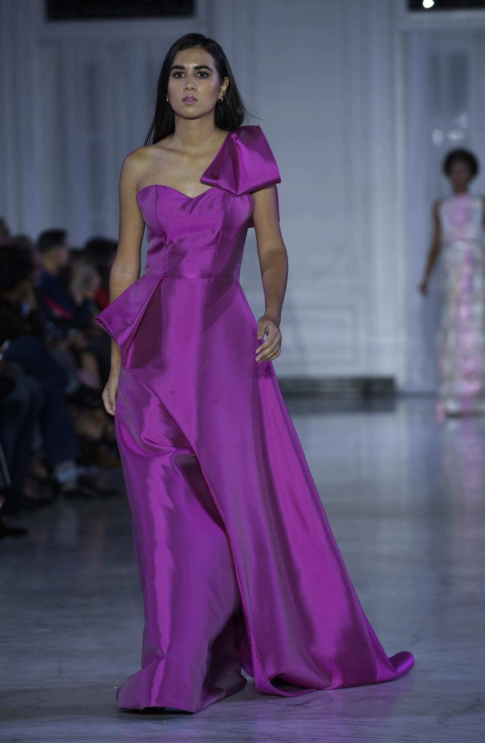 Vestido de gala malva vibrante de un solo hombro y falda amplia. Foto Ángel Luis García