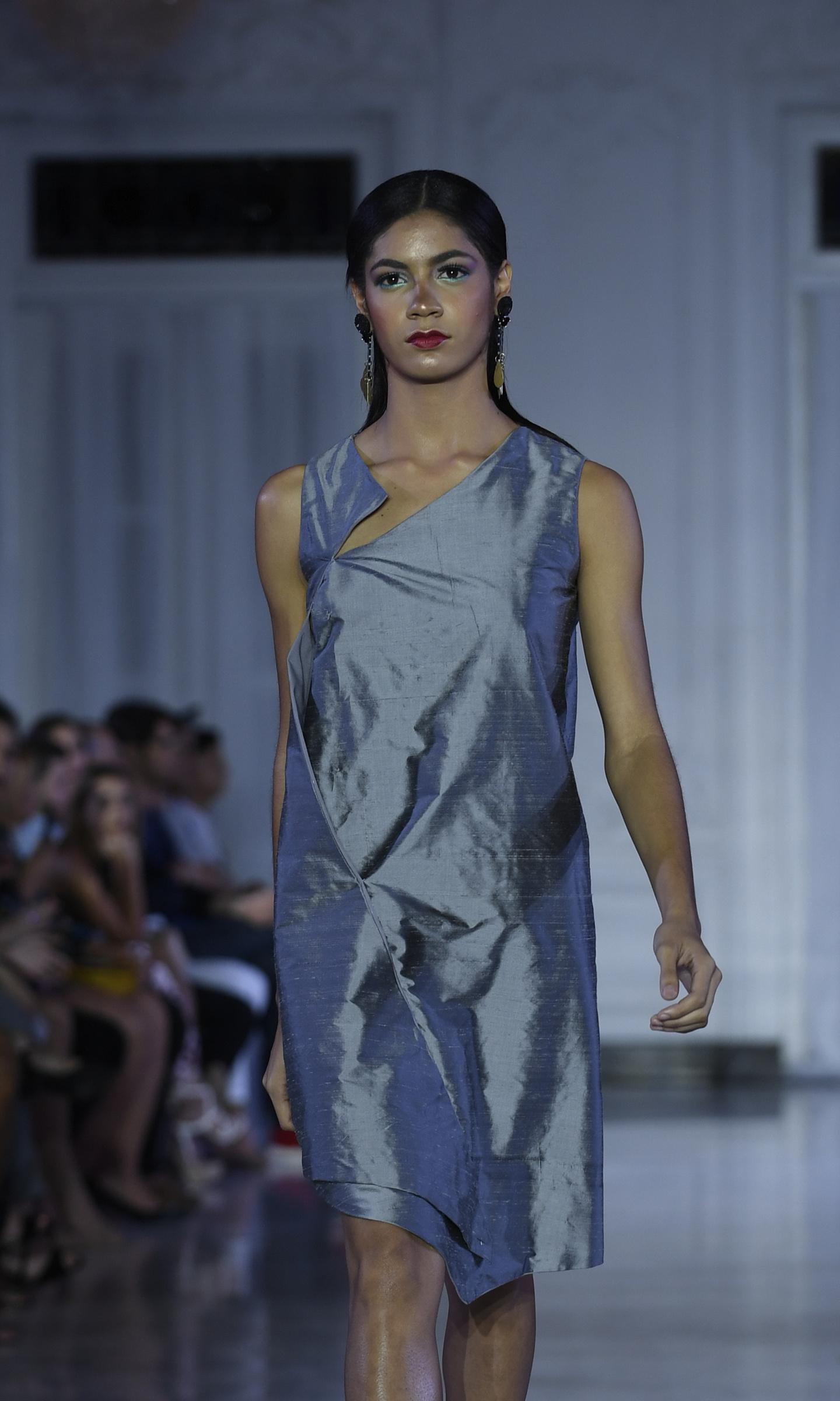 Saquito de corte asimétrico, con un aire moderno, en seda cruda. Foto Ángel Luis García