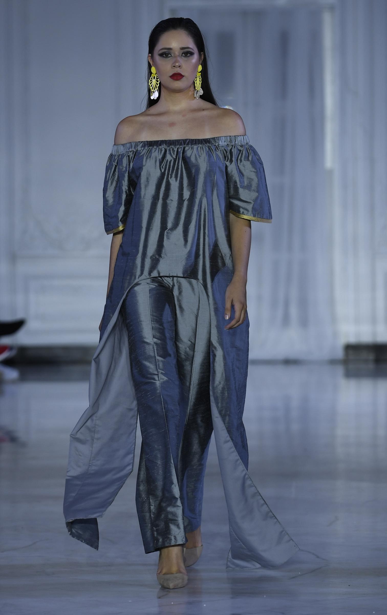 El diseñador presentó un cambio bajo de hombros -túnica y pantalón- en dos tonalidades para la Primavera Verano 2019. Foto Ángel Luis García