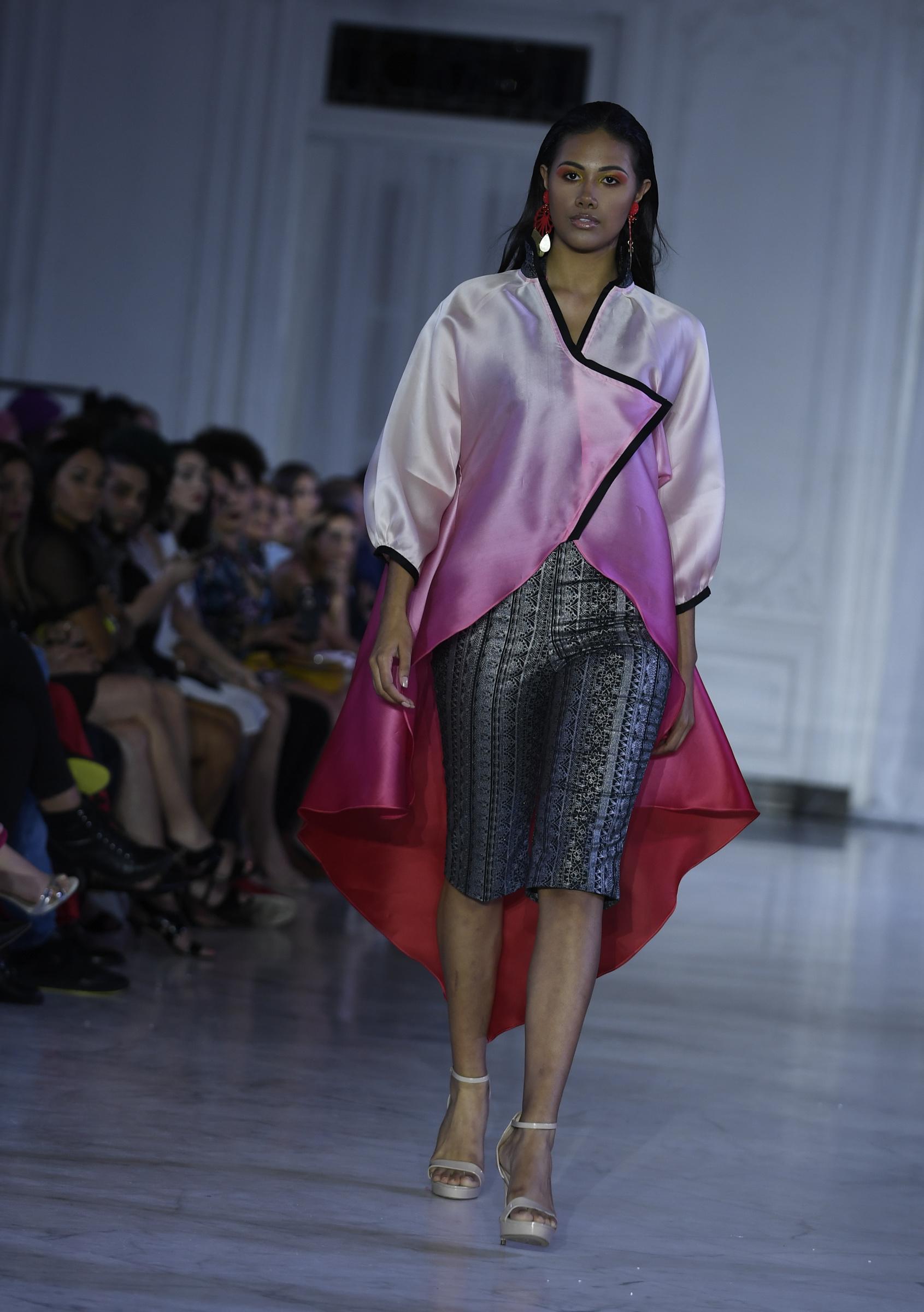 Reynaldo José Flores utilizó sedas en gradaciones de color para combinar piezas casuales, pero confeccionadas en telas ricas. Foto Ángel Luis García