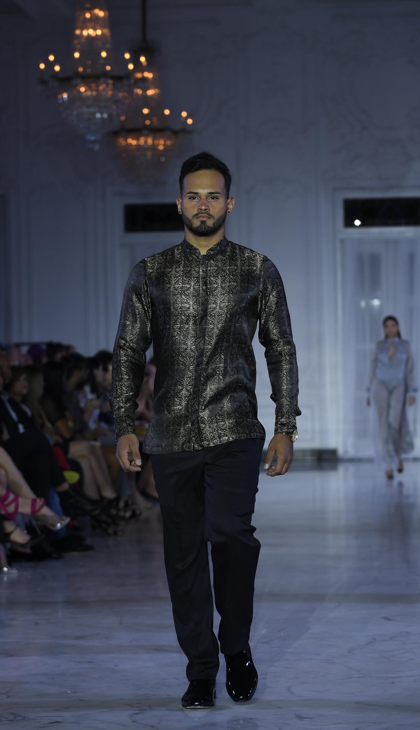 La propuesta para caballeros también incluyó camisas en seda estampada. Foto Ángel Luis García