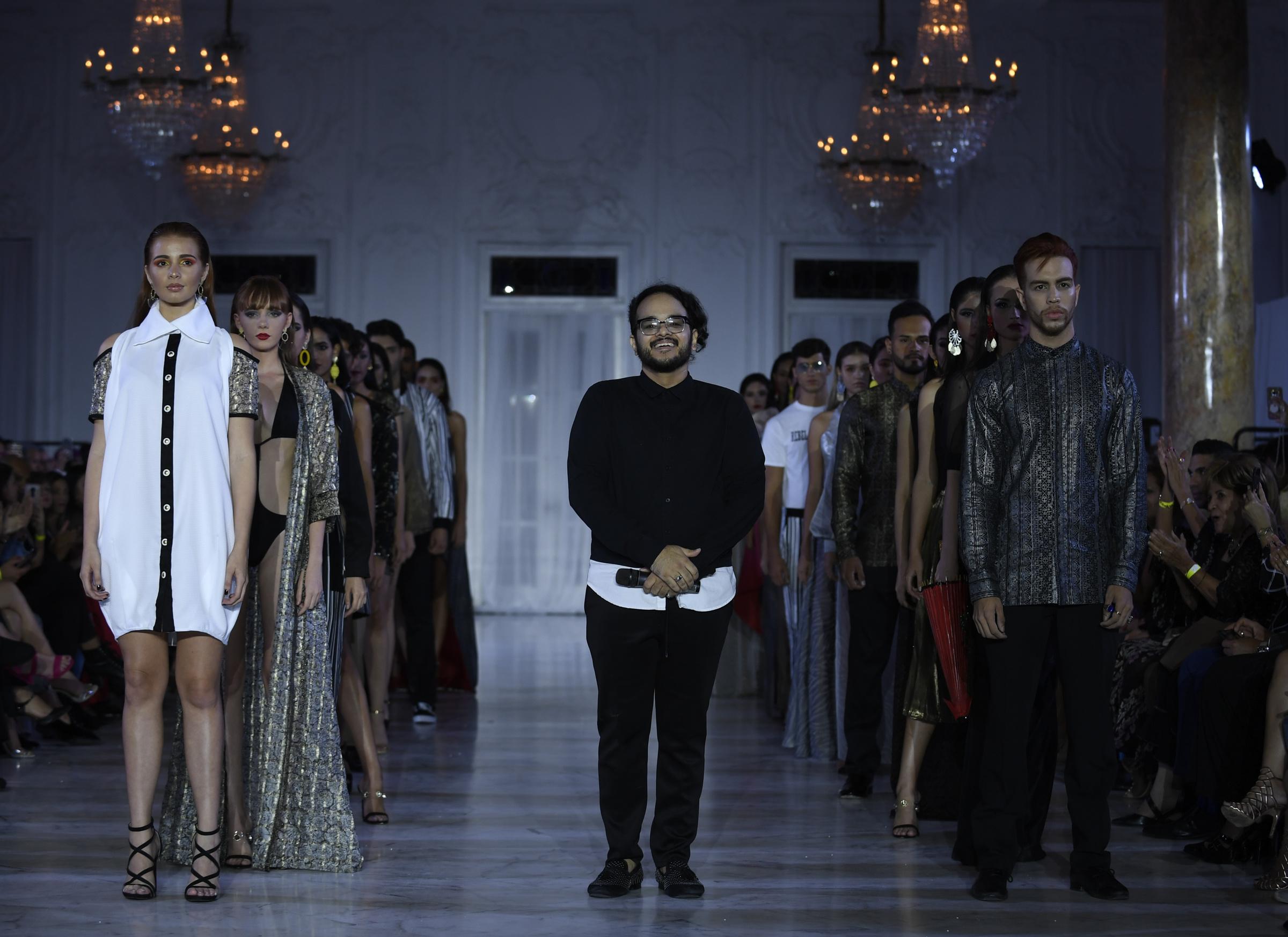 El diseñador Reynaldo José Flores recibe el aplauso de la concurrencia al finalizar el desfile. Foto Ángel Luis García