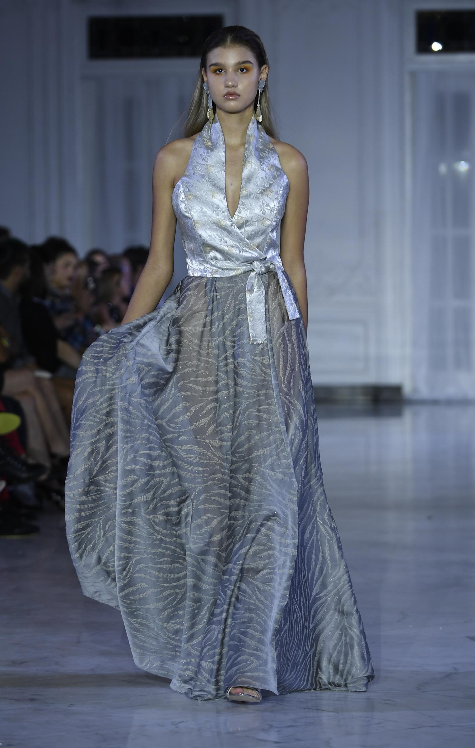 """Un """"halter""""estilo cruzado completó un atuendo de falda maxi transparente. Foto Ángel Luis García"""