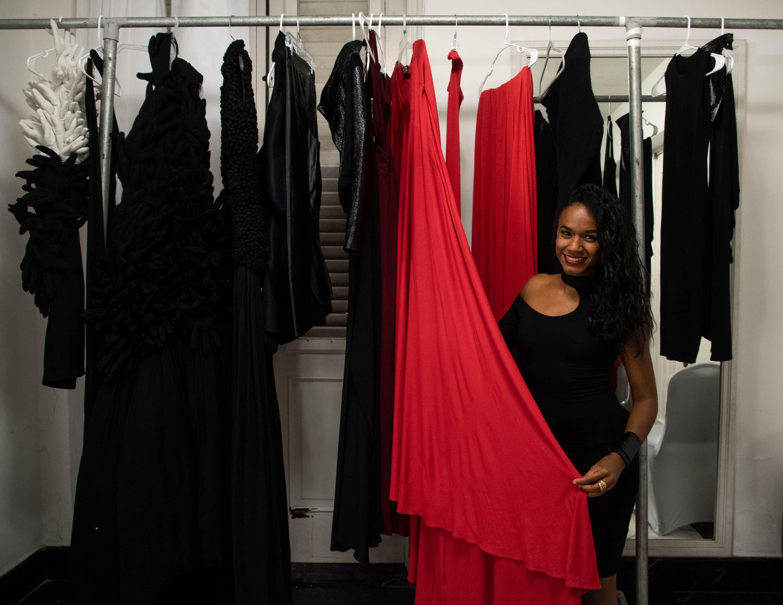 La diseñadora Jeannette Limas posa junto a algunos de las piezas de su colección Primavera Verano 2019 que presentó en San Juan Moda 2018. Foto Especial: Gabriella Báez