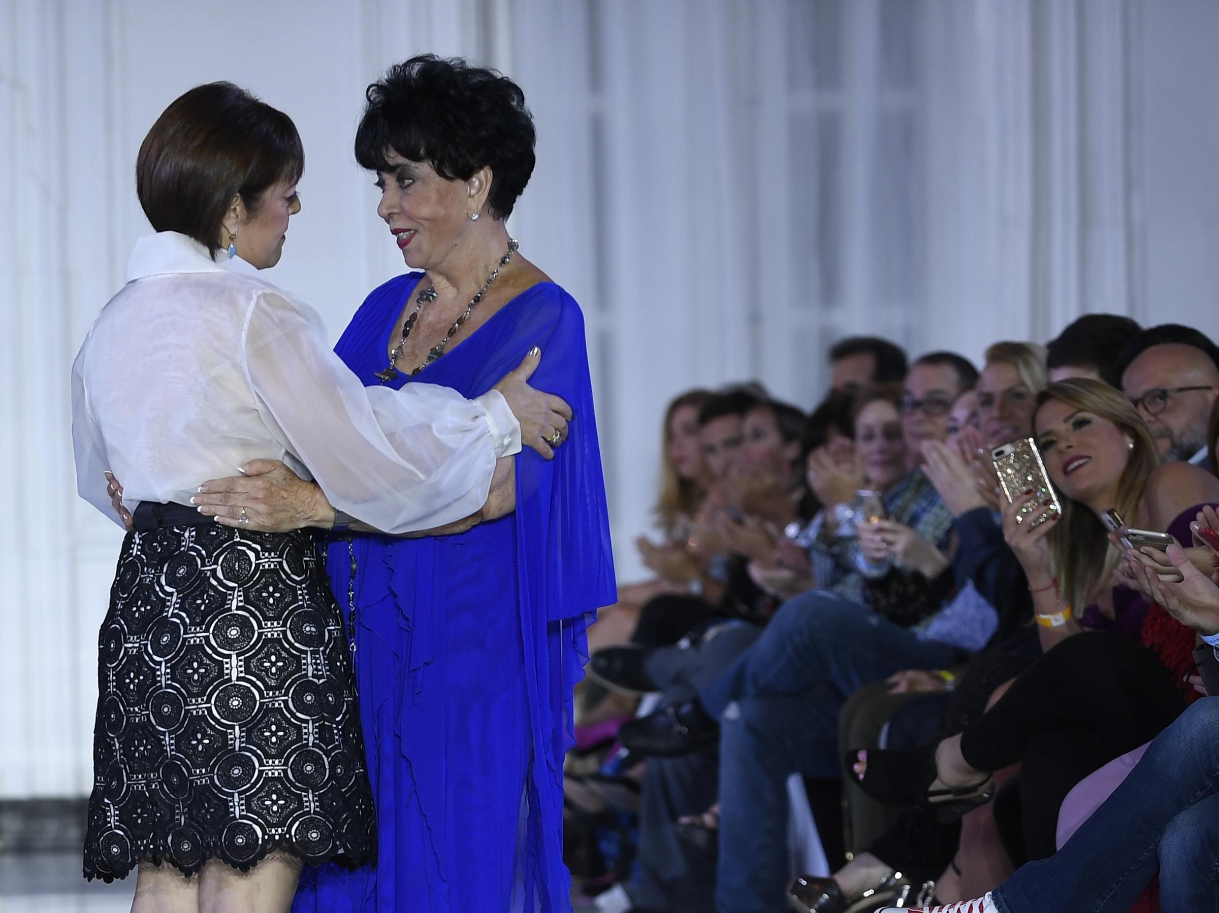 Sonia Santiago saluda a la veterana maestra de la moda puertorriqueña, Carlota Alfaro. Foto Ángel Luis García