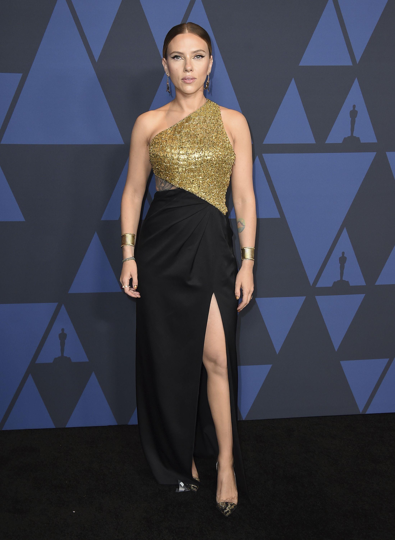 Scarlett Johansson con un vestido bordado de un solo hombro, de Celine. Foto Jordan Strauss/Invision/AP