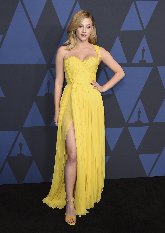 Lili Reinhart deslumbró con un vestido de gasa amarillo de Oscar de la Renta que tenía solo un tirante, escote corazón y abertura en la falda. Foto Jordan Strauss/Invision/AP