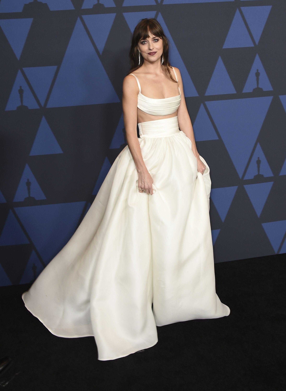 Dakota Johnson de Brandon Maxwell, con un atuendo de crop top y falda amplia de cintura alta. Foto Jordan Strauss/Invision/AP