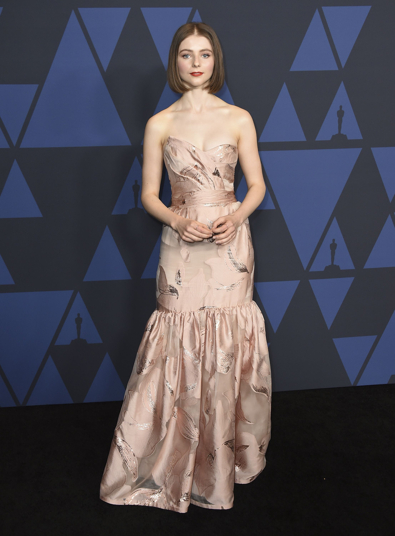"Thomasin McKenzie llevó un vestido ""strapless"" de Rodarte. Foto Jordan Strauss/Invision/AP"