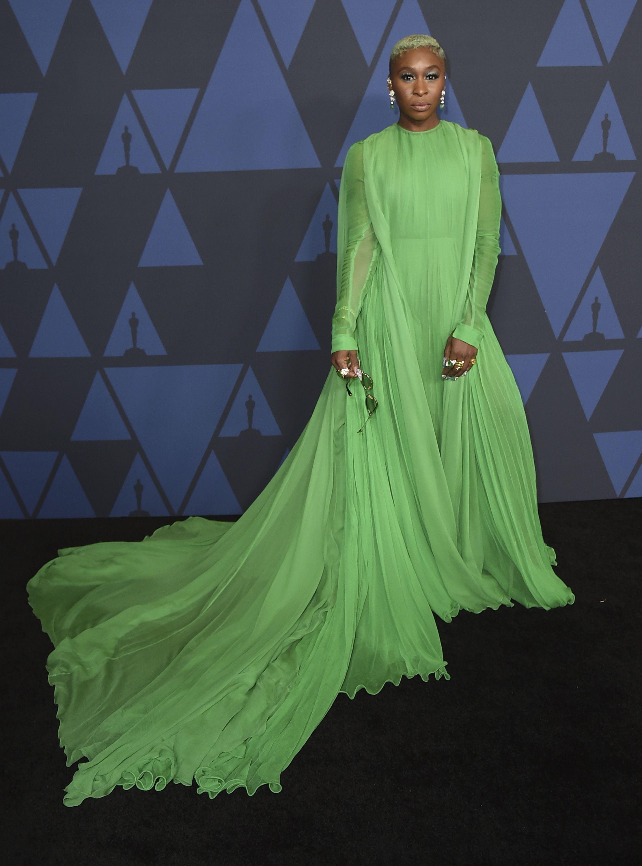 """Cynthia Erivo, famosa por su papel en el musical de """"The Color Purple"""" en Broadway, destacó con un vestido verde en chifón de la colección de otoño de Alta Costura 2019 de Valentino.Foto Jordan Strauss/Invision/AP"""