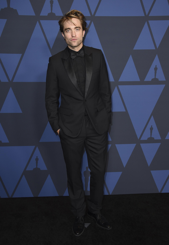 Robert Pattinson con traje de sastre, de riguroso negro, a su llegada al Dolby Ballroom de Los Ángeles. Foto Jordan Strauss/Invision/AP