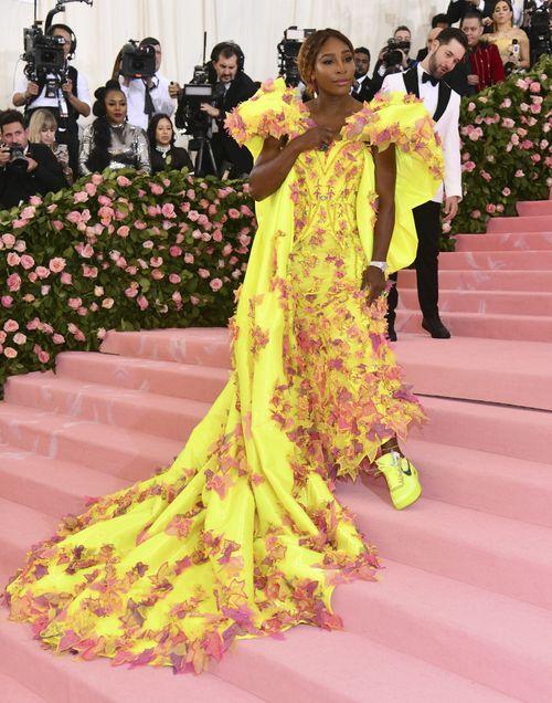 La tenista Serena Williams acompañó su vestido con calzado deportivo. (AP)