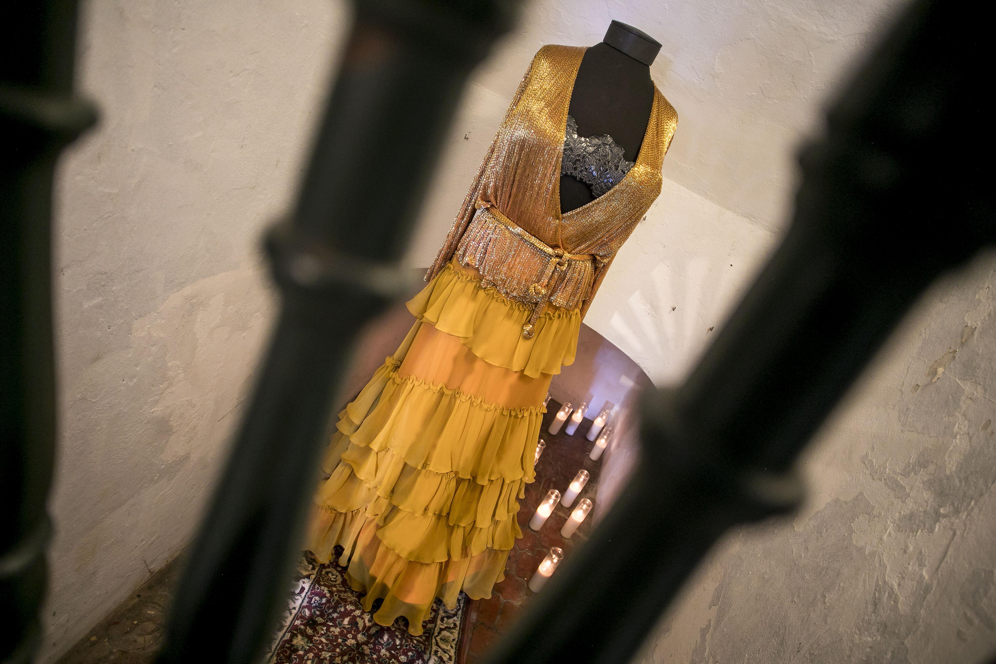 """En un nicho al lado de la escalera al igual que en una de las habitaciones se puede apreciar la manera en la que se complementan los estilos de madre e hija, pues en un mismo maniquí se unen prendas de vestir confeccionadas por ambas, lo que Cappalli describió como una """"conversación entre artistas"""". (Foto: Xavier García)"""