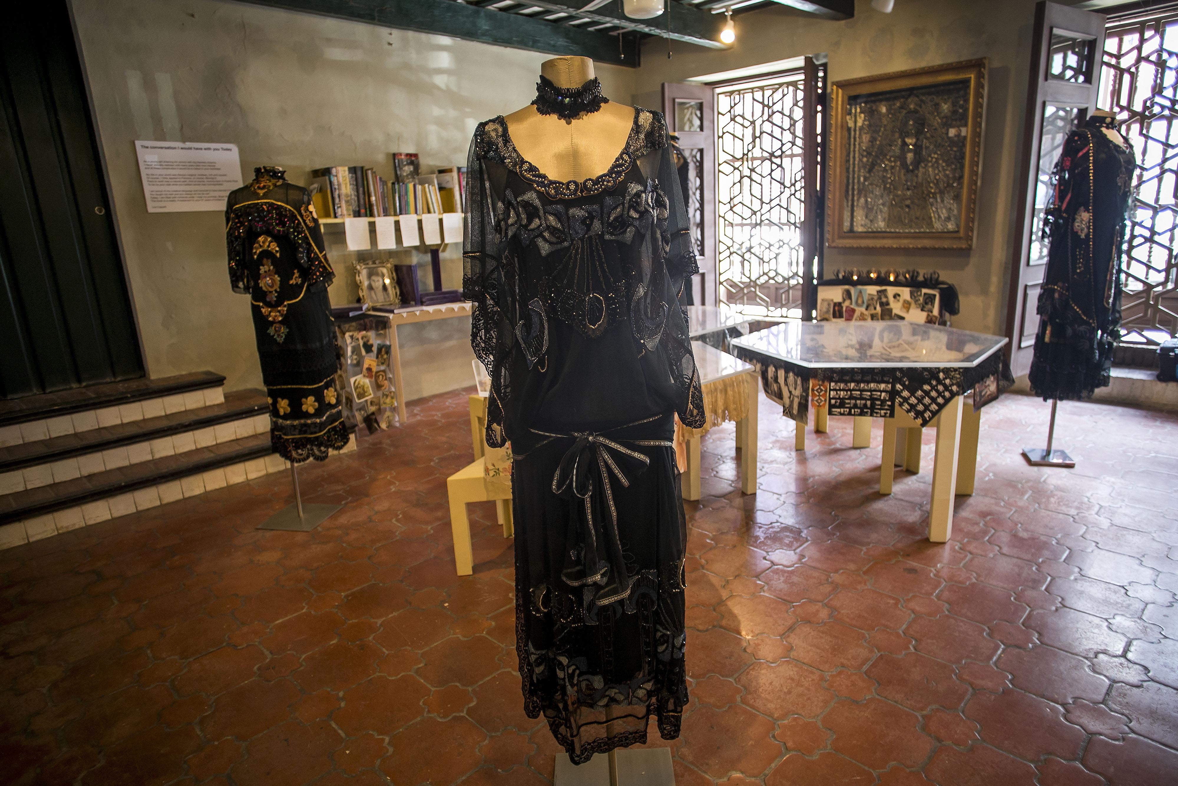 La exposición ocupa el primer piso del edificio, mientras que en la segunda planta hay un solo vestido de la diseñadora fallecida a los 57 años a consecuencia del cáncer. (Foto: Xavier García)