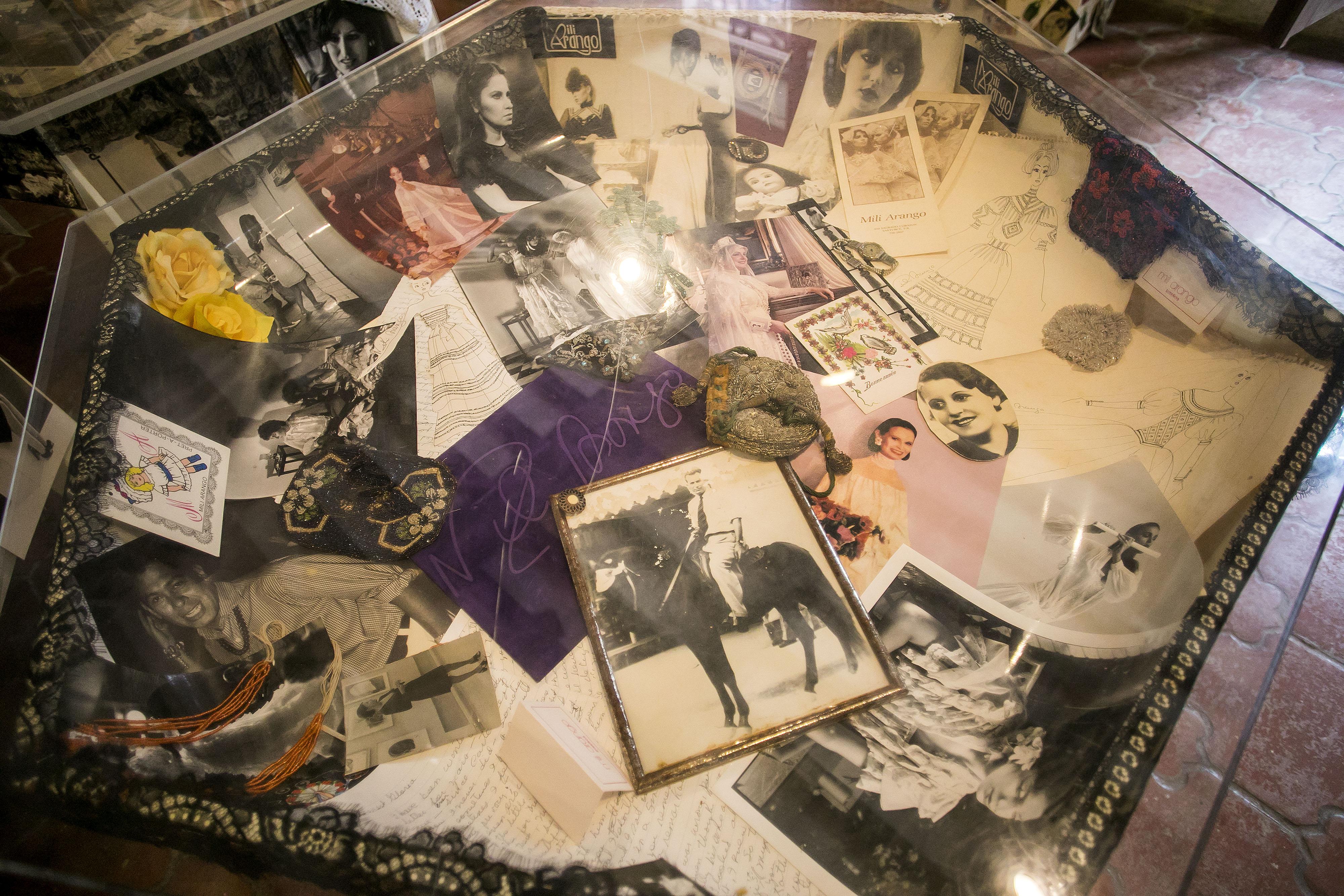 En uno de los salones se encuentran tres mesas con objetos, fotos, ilustraciones, artículos de periódicos, libros y pertenencias de Arango. (Foto: Xavier García)