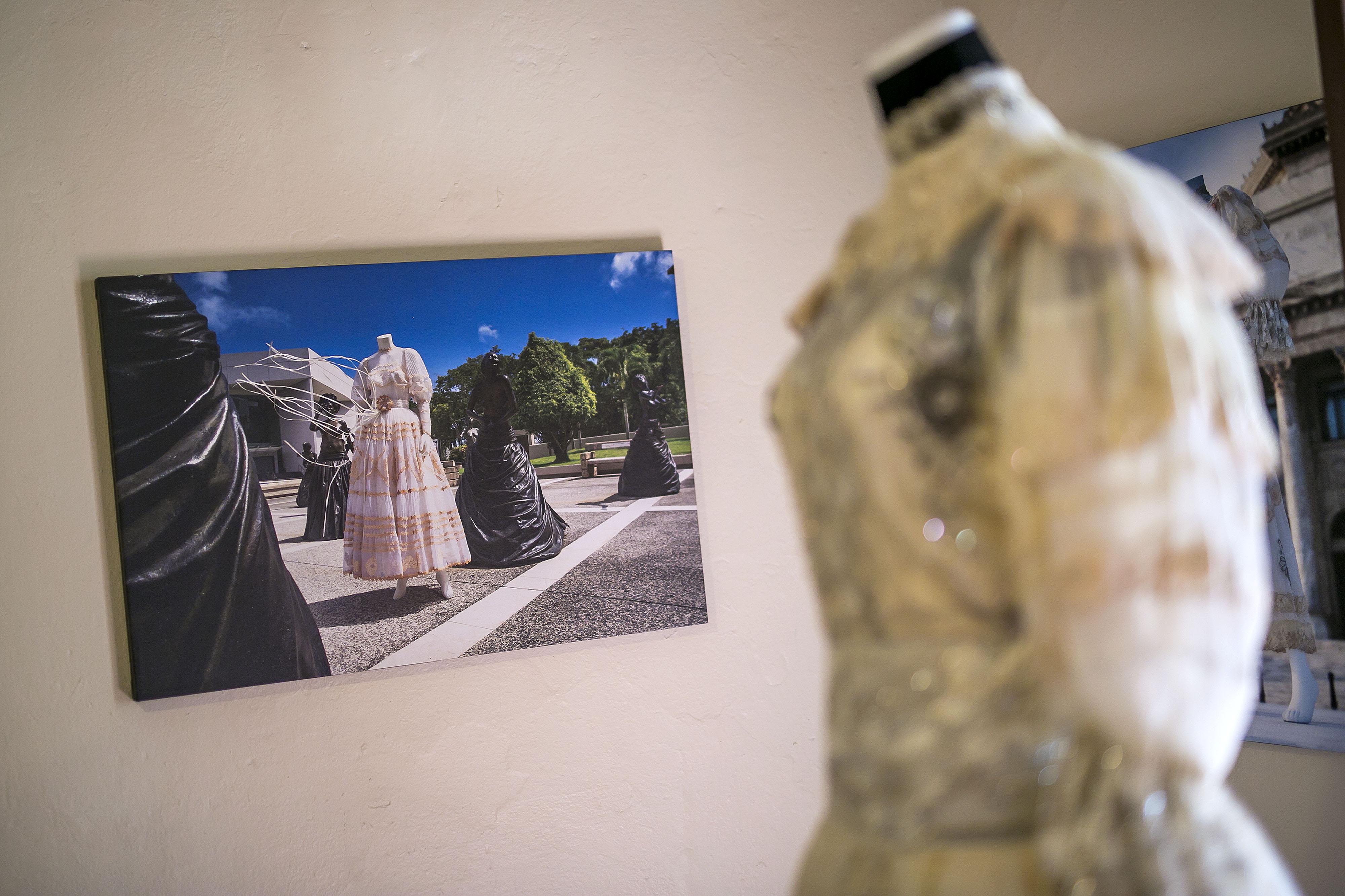 El libro incluye 70 vestidos que fueron fotografiados por Clay Humprey, quien falleció antes de que se publicara el libro, que fue editado por Cristina Orlandi y diseñado por Alberto Rigau. (Foto: Xavier García)