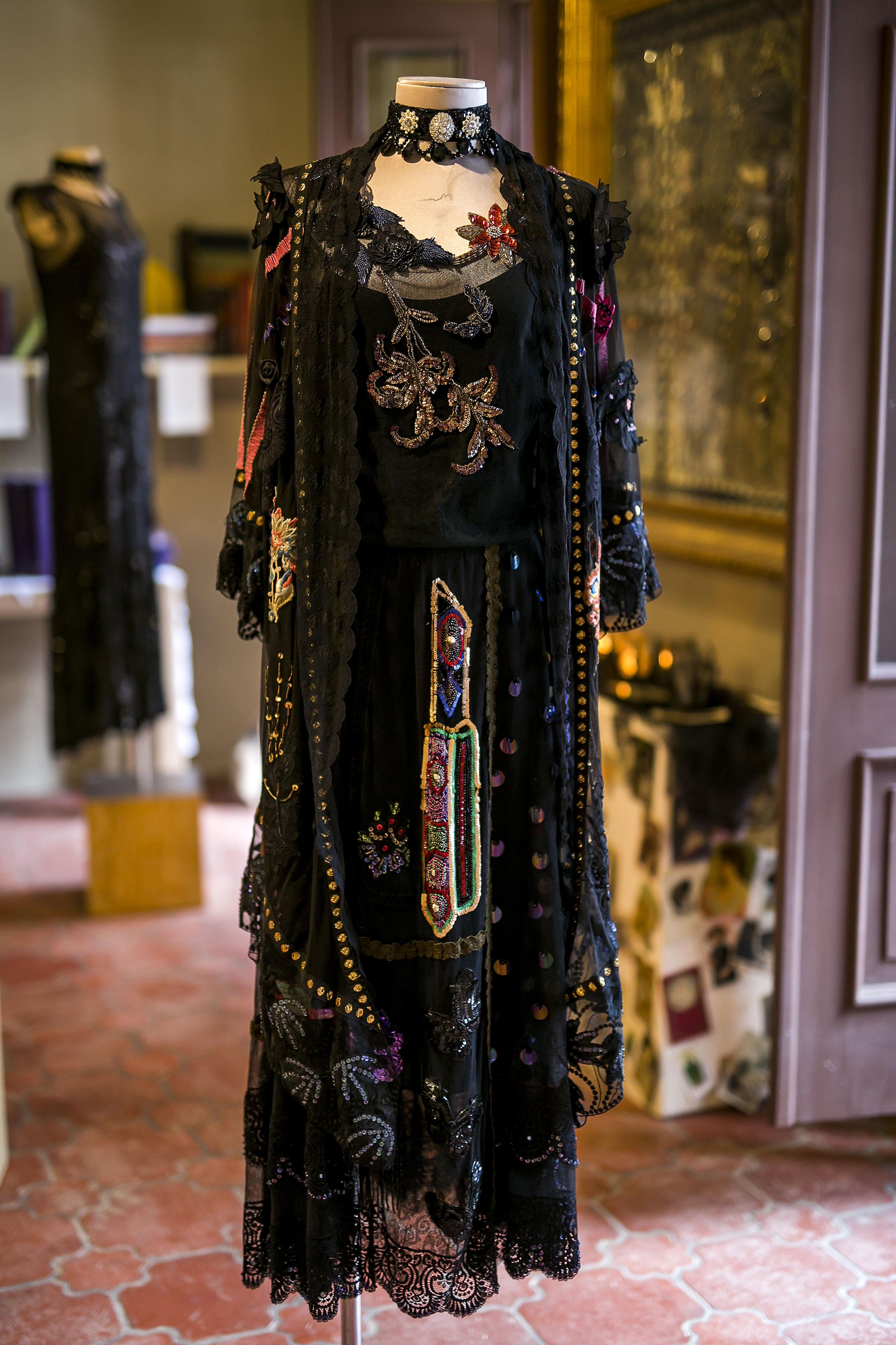 Algunos vestidos cuentan con detalles y bordados que la diseñadora y artista consiguió en un viaje a París. (Foto: Xavier García)