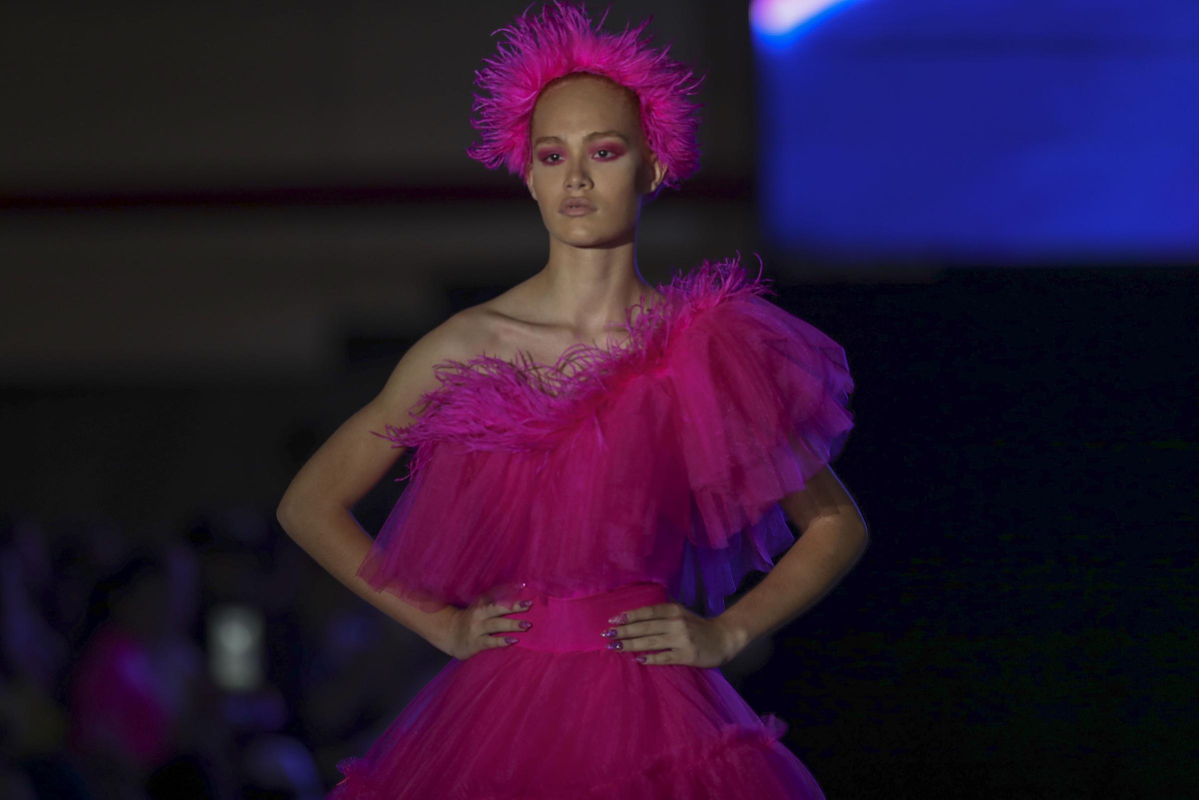 El desfile comenzó con este vestido rosa con falda en tul. (David Villafañe)