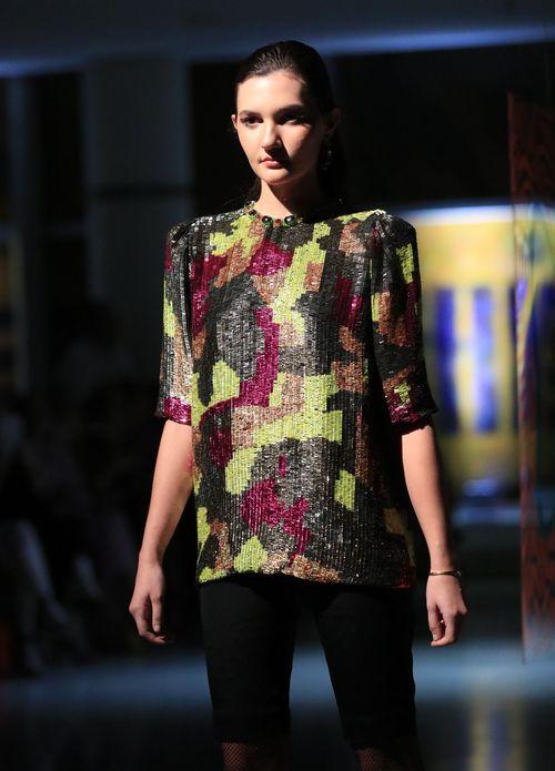 Blusa bordada en pedrería con bloques de colores, cuello redondo decorado con pedrería y pantalón. Foto david.villafane@gfrmedia