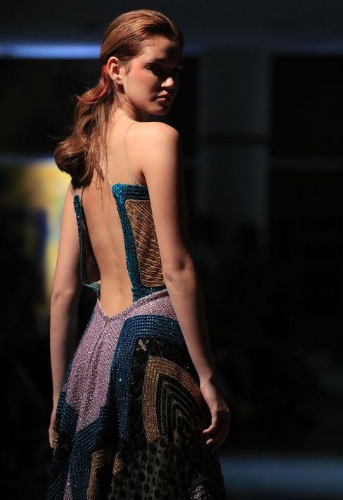 Detalle del sugerente escote de espalda de un vestido largo. Foto david.villafane@gfrmedia