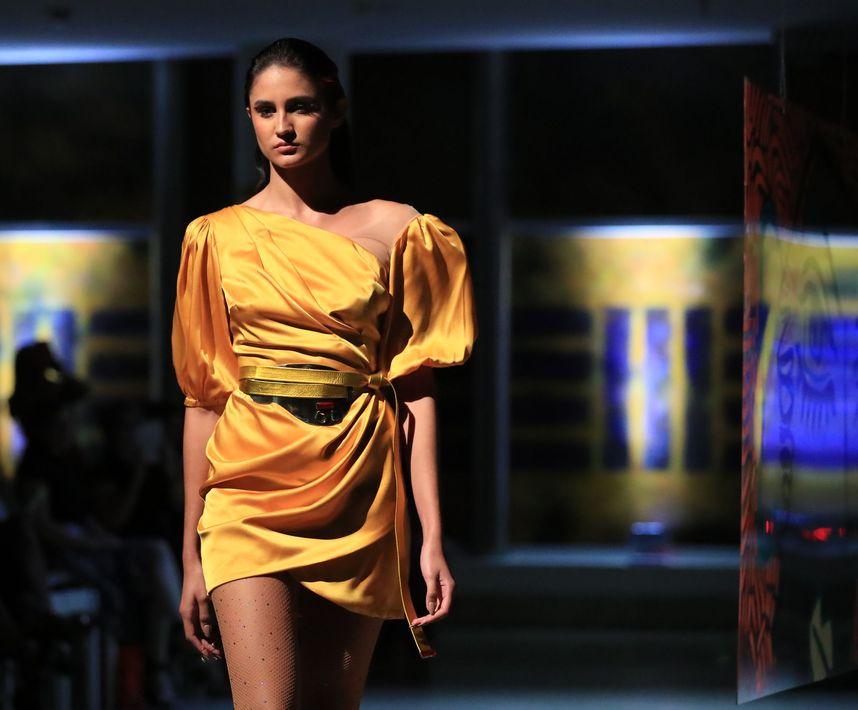 Vestido corto con manga bombacho y drapeado en amarillo girasol. Foto david.villafane@gfrmedia