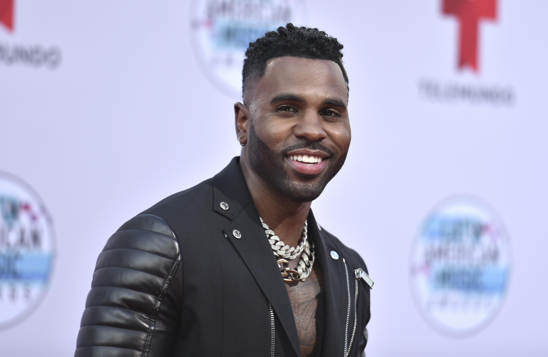 """Totalmente de negro, el cantante Jason Derulo desfiló para minutos después abrir el """"show"""" de los Latin AMAs junto con Farruko. (AP)"""