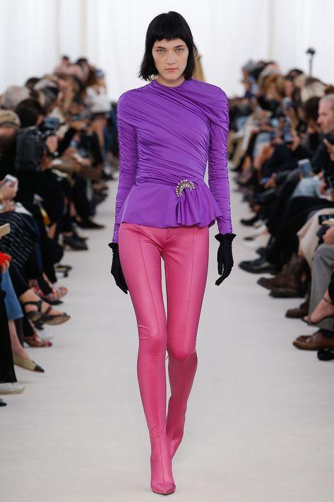 Balenciaga y Narciso Rodríguez se inclinaron a llevar el drapeado a blusas que lo mismo se pueden combinar con faldas y pantalones como llevarlas debajo de una chaqueta.