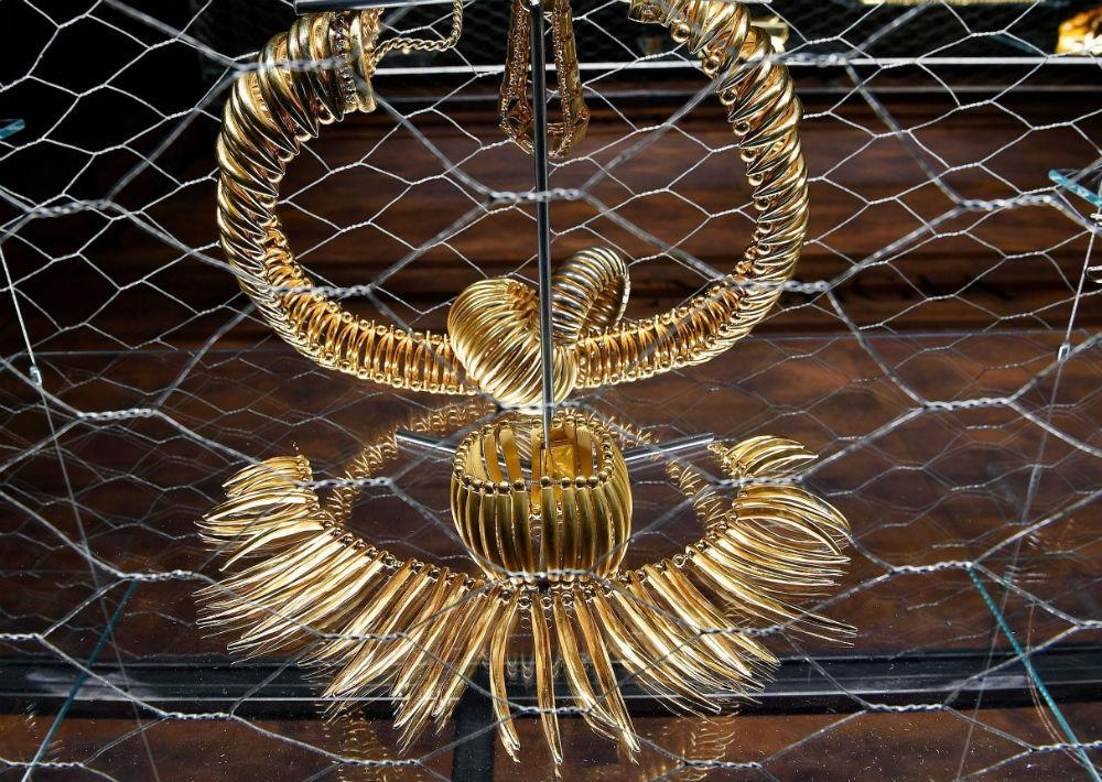 A Gianfranco Ferre siempre lo distinguió el uso de los detalles extravagantes. (Foto: AP)