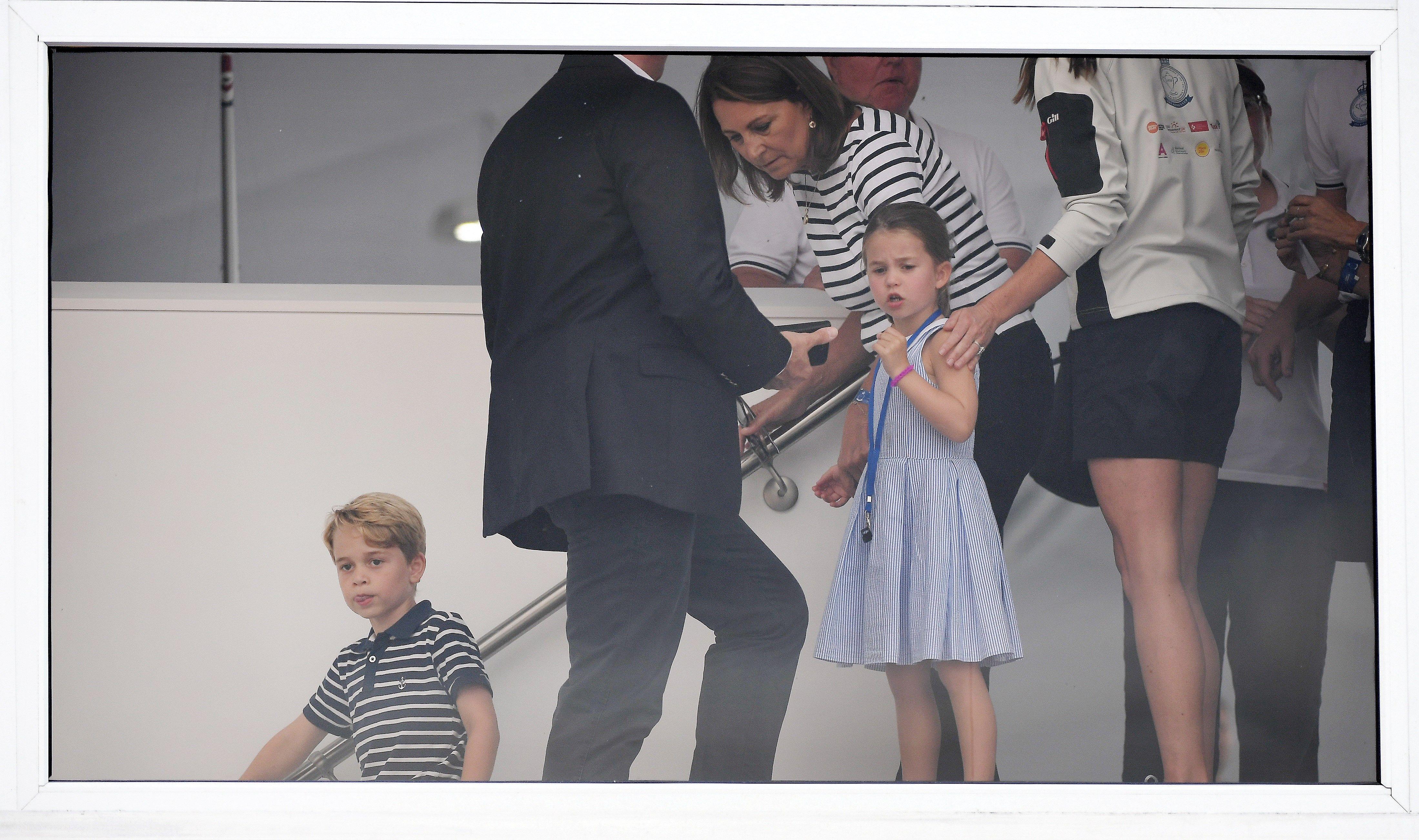 Los niños estuvieron acompañados por sus abuelos maternos, Carole y Michael Middleton. (EFE)