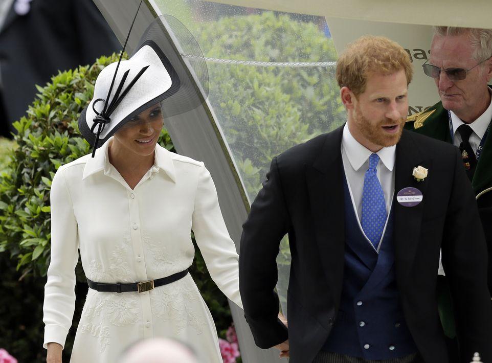 Meghan Markle lleva puesto un sombrero simple, pero muy elegante - blanco, bordado con una maya negra y decoración delicada encima. (Foto: AP)